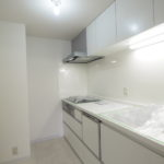 清潔感のある、白を基調としたキッチン!